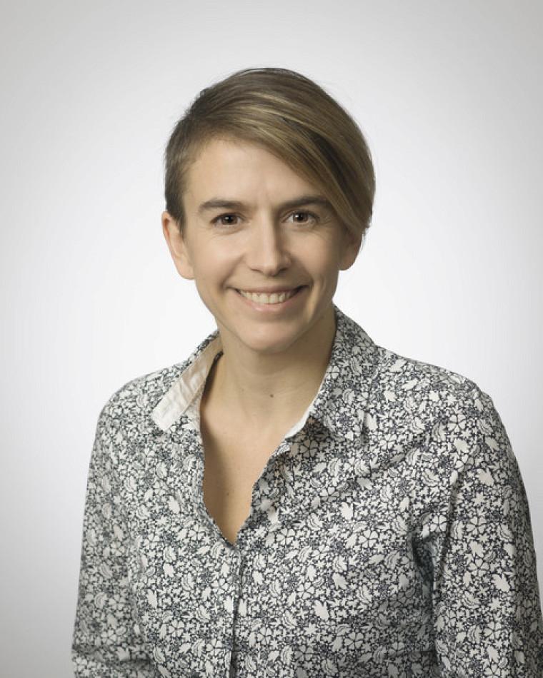 Josianne Bolduc, coordonnatrice du certificat en arts visuels, l'artiste derrière une œuvre qui sera offerte par l'UdeS à l'UANL.