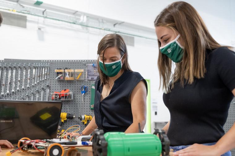 Mettre de l'avant des modèles féminins accessibles est l'une des stratégies utilisées pour stimuler l'intérêt des filles pour les sciences et le génie, et pour s'assurer qu'elles restent dans cette voie durant leur parcours.