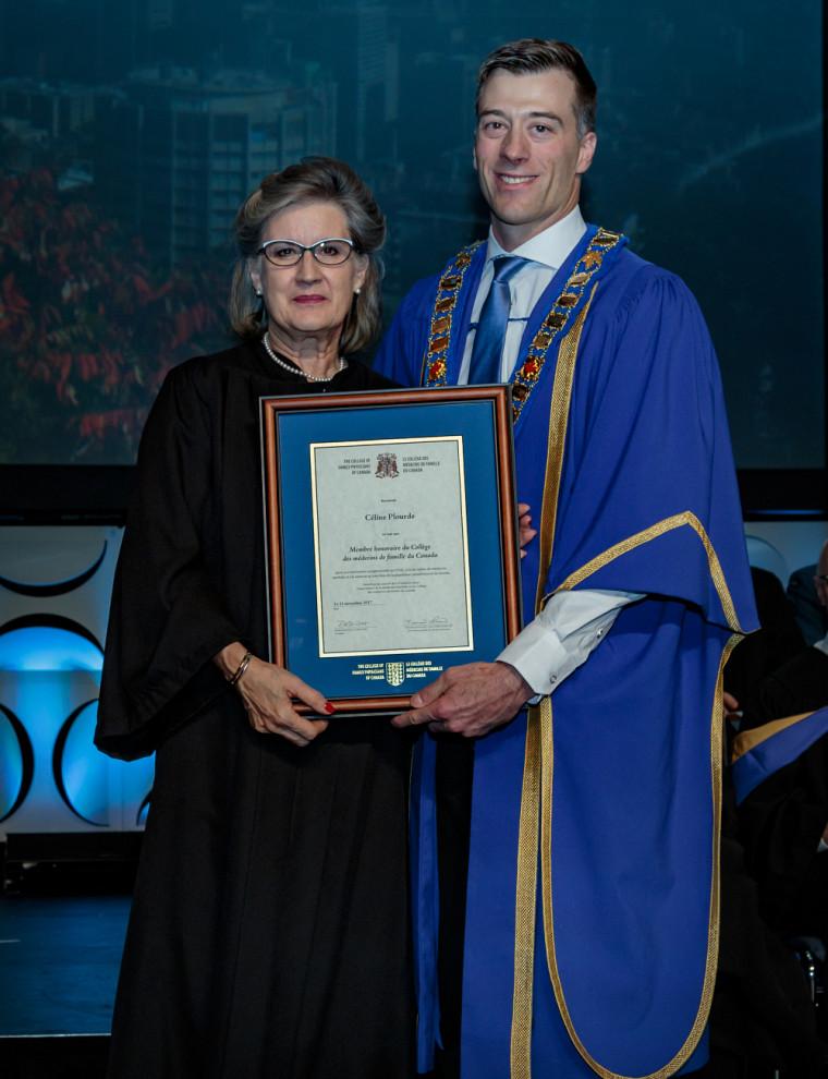 Pre Céline Plourde, pharm., FOPQ, MCMFC (Hon.) avec le président du Collège des médecins de famille du Canada, le Dr Guillaume Charbonneau