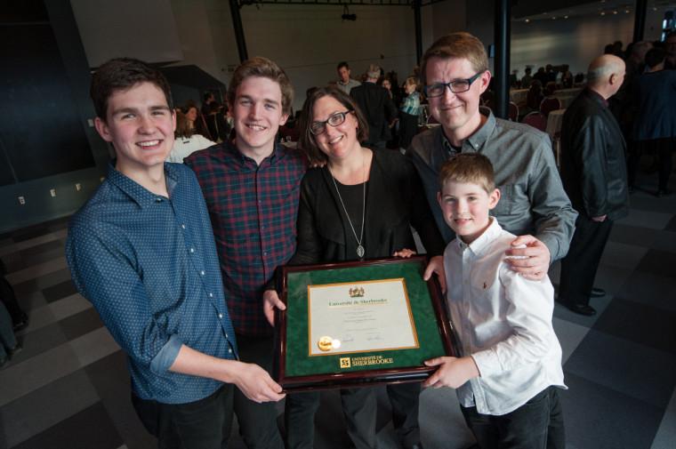 Marie-Pier Morin, professeure à la Faculté d'éducation, était accompagnée de sa famille pour recevoir son prix Grande distinction en enseignement universitaire.