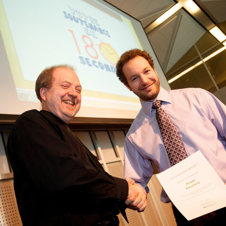 Philippe Beauchamp, à droite, représentera l'UdeS à la grande finale québécoise lors du 81eCongrès de l'ACFAS, en mai à Québec. Il reçoit ici les félicitations du directeur général du SARIC, Pierre-Richard Gaudreault.