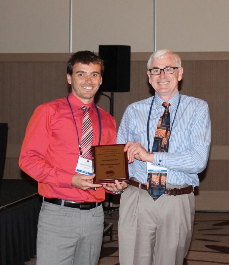 Le Pr Louis Gendron reçoit le Young Investigator Award des mains du Dr John Traynor, président de l'INRC.