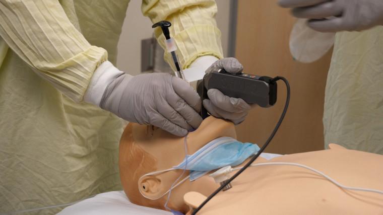 ATTENTION SIMULATION : le matériel utilisé lors de cette simulation n'est pas le matériel clinique conforme qui sera utilisé afin de protéger le personnel de soins lorsqu'un patient atteint par la COVID-19 se présentera dans nos urgences. Nous avons utilisé ce matériel dans le but uniquement de préserver nos inventaires.