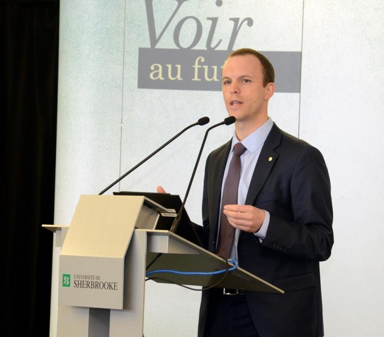 Le conférencier Mathieu Derome de chez Desjardins, lors de la Journée carrière en Finance et gestion des risques 2015 au Campus de Longueuil.