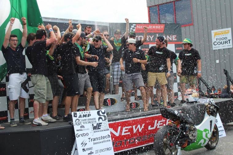 La délégation sherbrookoise sabre le champagne pour fêter la victoire au terme de la compétition au New Jersey.