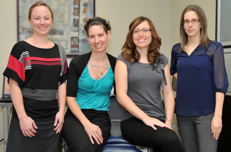La professeure Mélanie Morin, la physiothérapeute Rachel Dumont ainsi que les étudiantes Mélanie Morin et Marie-Pierre Cyr.
