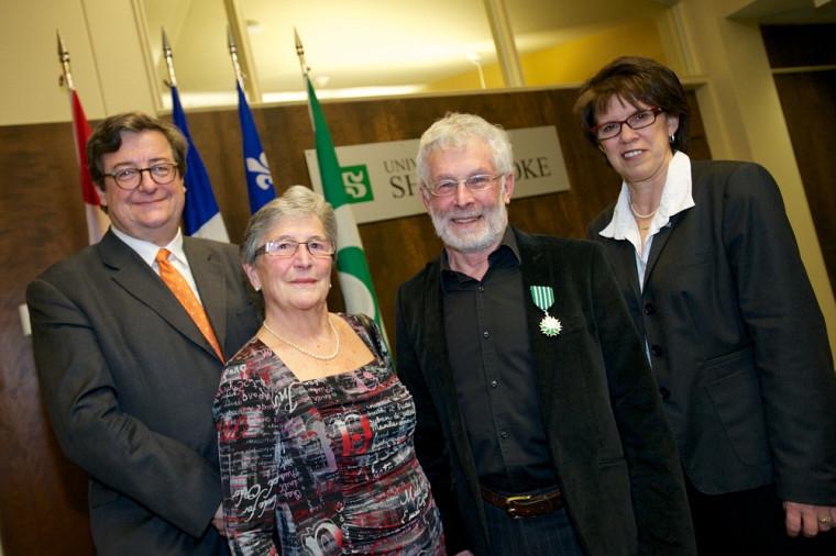 Le professeur émérite Francis Corpataux, entouré de son épouse Béatrice, du conseiller de coopération et d'action culturelle du Consulat général de France à Québec Jean-Pierre Tutin et de la rectrice Luce Samoisette.