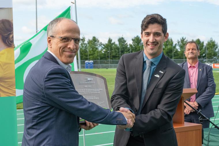 Vincent Boutin, président d'Excellence Sportive Sherbrooke, a profité de l'occasion pour remettre une plaque au recteur Pierre Cossette afin de souligner l'apport de l'UdeS comme partenaire majeur du milieu sportif dans la région.
