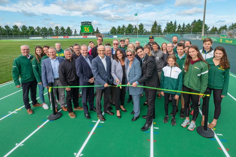 Le stade extérieur de l'Université de Sherbrooke a une toute nouvelle piste d'athlétisme qui répond aux plus hauts standards internationaux.