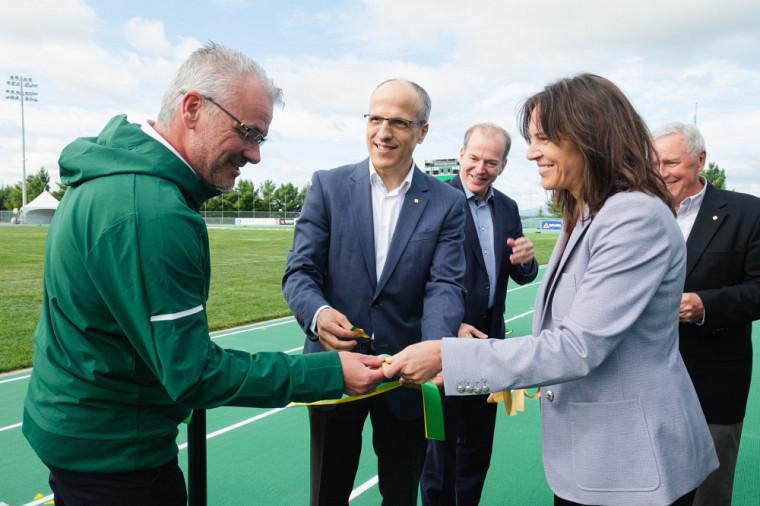 La ministre Charest offre une partie du ruban inaugural à Luc Lafrance, entraîneur du groupe de lancers du Vert & Or et du Club d'athlétisme de Sherbrooke.