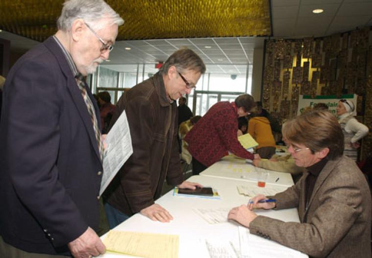 Les hommes sont de plus en plus nombreux à suivre des activités pédagogiques à l\'UTA, comme en témoigne leur présence à la session d\'information et d\'inscription qui s\'est tenue à Sherbrooke le 17 janvier.  Photo : Michel Caron