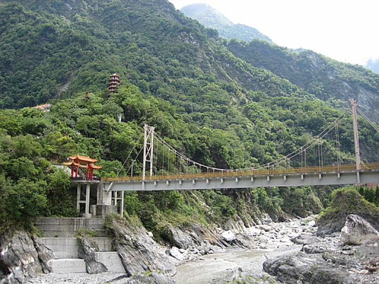 Les gorges de Taroko se situent au pied de falaises pouvant atteindre 1200 m de hauteur.