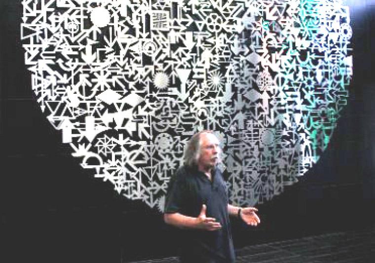 L'artiste sherbrookois Michel Goulet a présenté son oeuvre Un monde en soi, qui ornera désormais le hall d'entrée du Campus de Longueuil.