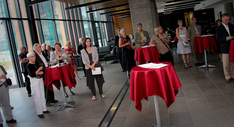 Des amateurs d'art visuel ont assisté avec plaisir au 5à7 L'art de remercier au Campus de Longueuil, qui visait à reconnaître la générosité des donateurs d'art à la collection de la Galerie d'art du Centre culturel de l'UdeS.