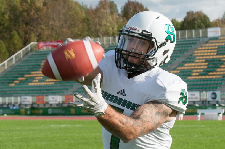 Le vétéran Alexandre Chevrier et ses coéquipiers du Vert & Or porteront ce samedi à McGill un casque blanc; nouvelle pièce d'équipement pour les matchs de la troupe de l'UdeS à l'extérieur de Sherbrooke.