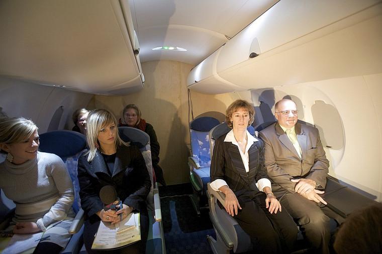 Lors de l'annonce de la chaire, dignitaires et journalistes ont pu prendre place à bord de ce simulateur qui reproduit l'environnement sonore d'une cabine d'avion.
