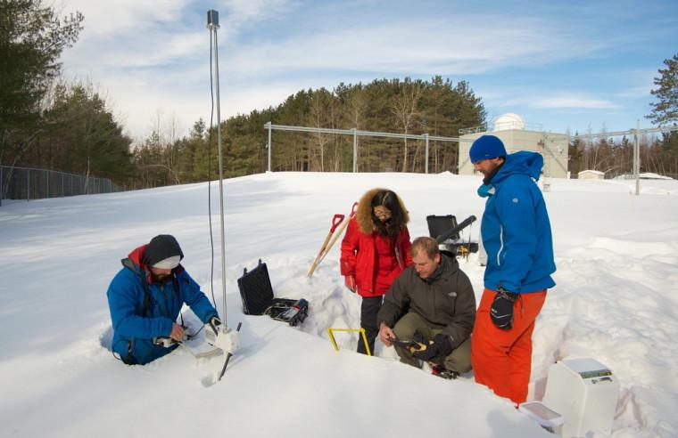 Station SIRENE: le professeur Alexandre Langlois et les étudiantes et étudiants du Département de géomatique appliquée de l'UdeS mesurent et quantifient la neige au sol pour connaître son apport en eau.