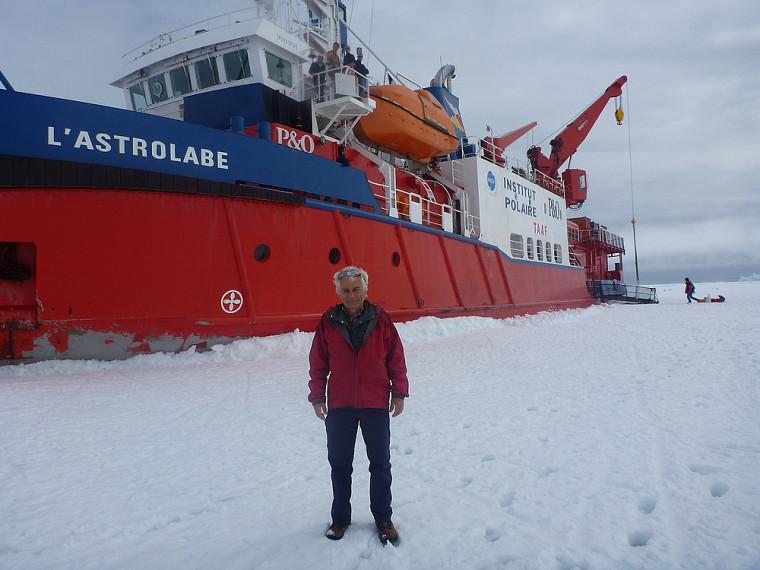 Le professeur Royer devant le brise-glace français L'Astrolabe à bord duquel les chercheurs ont affronté des vagues et des creux de 5à 8m pendant les 8jours de traversée.
