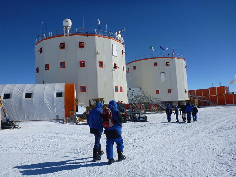 Concordia, située dans un désert blanc à perte de vue, où la température oscille entre -35et -45°C durant l'été austral.