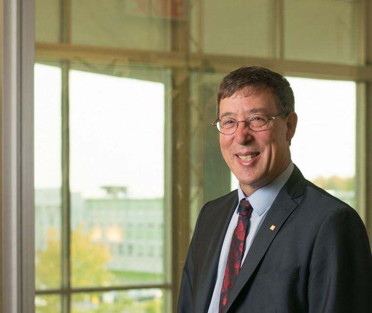 Le professeur Jean-Pierre Perreault, vice-recteur à la recherche et aux études supérieures