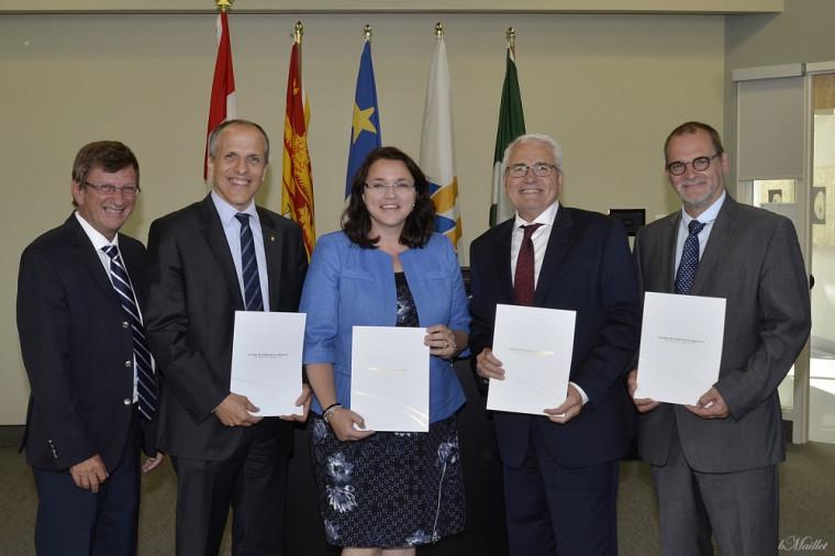 Le doyen associé Aurel Schofield, le doyen Pierre Cossette, la ministre Marie-Claude Blais, le recteur Raymond Théberge et le vice-recteur Alain Webster.