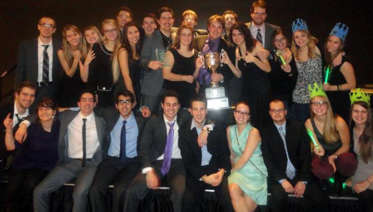 La délégation sherbrookoise fière de remporter la coupe aux Jeux de politique 2013.
