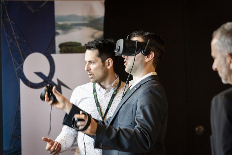Environnement virtuel 3D où l'on peut se mettre à la place du conducteur dans une cabine de conduite de la grue-portique de la centrale de Carillon.