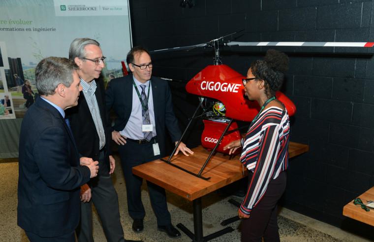 Madame Julie Armand qui présente le drone du projet entrepreneurial étudiant Cigogne.