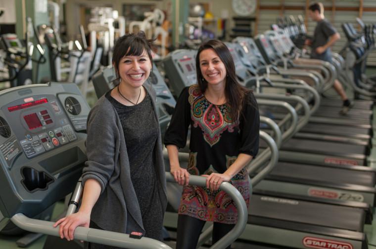 Inès Boukabous, étudiante à la maîtrise en sciences de l'activité physique, et la professeure Eléonor Riesco.