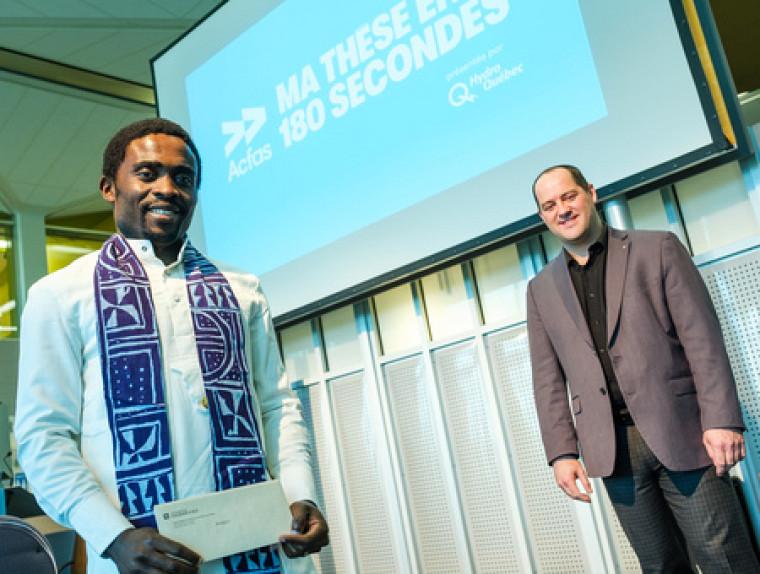Le grand gagnant Romaric Armel Mouafo Tchinda, doctorant à la Faculté de sciences, accompagné du PrJean-Pascal Lemelin, vice-recteur adjoint à la recherche et aux études supérieures.
