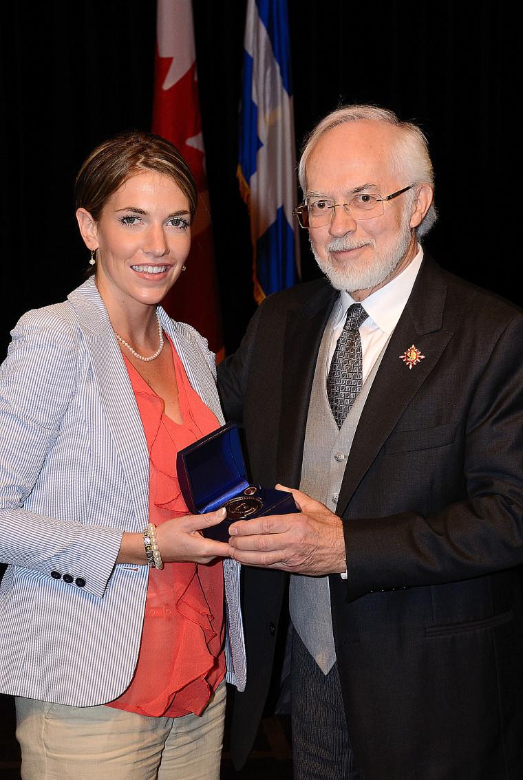 Émilie Duquette a reçu la Médaille du lieutenant-gouverneur, Pierre Duchesne, lors du passage de ce dernier en Estrie, en mai.