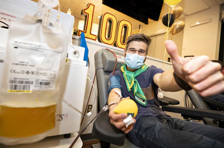 Alexis Rioux-Chevalier, étudiant en génie biotechnologique à l'UdeS, effectue son 100e don de plasma.