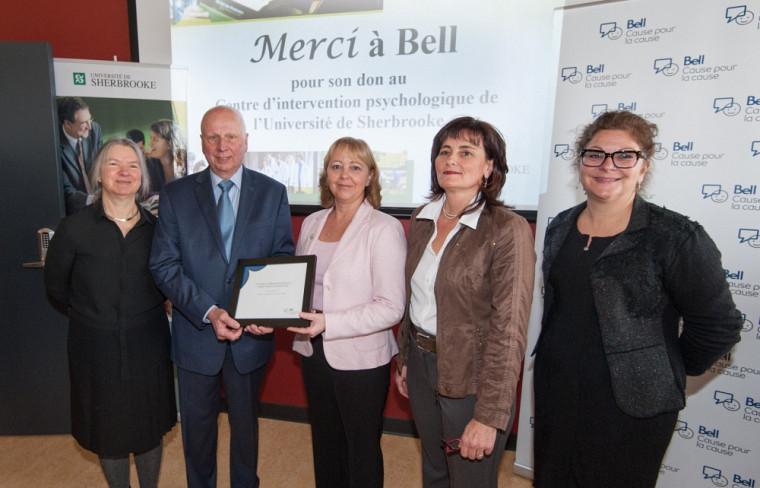 La remise du don de Bell s'est faite en présence de Pre Thérèse Audet, vice-doyenne à la FLSH, Me Luc R. Borduas, président de La Fondation de l'UdeS, Sylvie Couture, directrice générale d'Expertech (filiale de Bell), Pre Maryse Benoit, coresponsable du CIPUS et de Pre Anick Lessard, vice-doyenne à la FLSH.