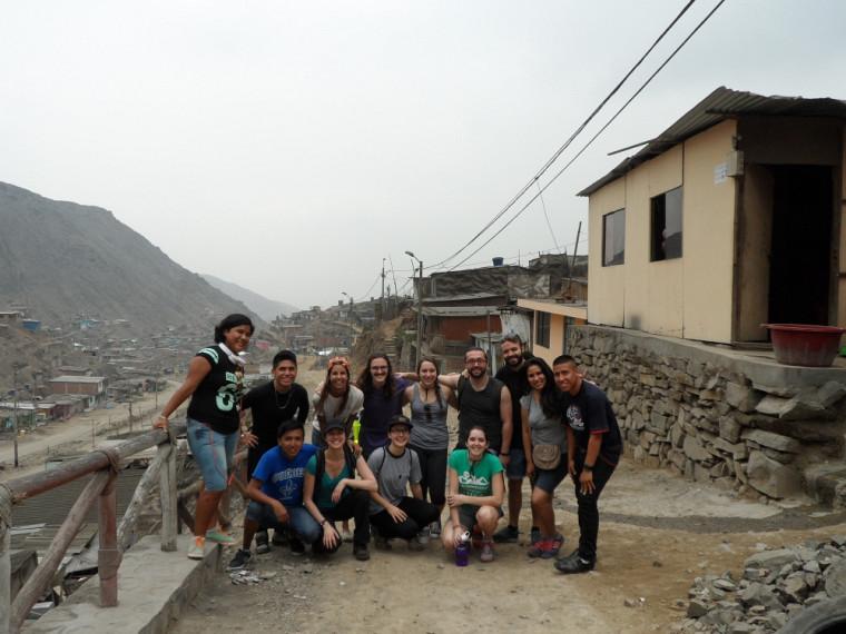 Les stagiaires de l'équipe actuelle et des membres de Juventud Kollek, un regroupement de jeunes qui étaient en charge de les accueillir, lors d'une visite guidée de Collique.