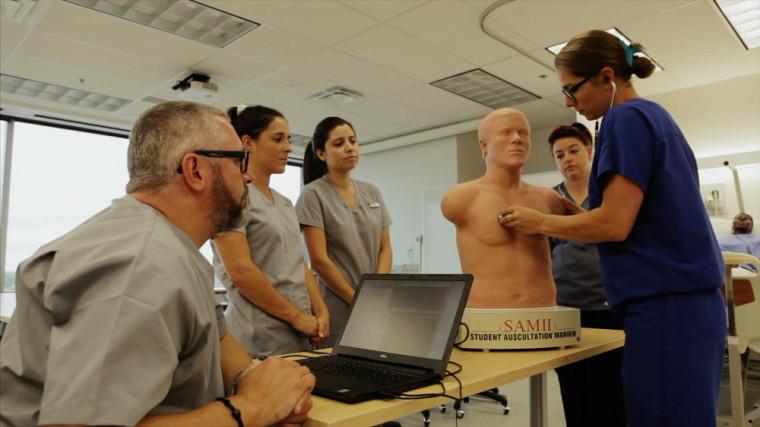 Des étudiantes en situation de pratique au laboratoire de simulation clinique au Campus de Longueuil