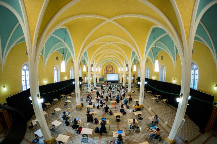 Des sites de formation hors campus, comme le couvent desPetites Sœurs de la Sainte-Famille, ont été aménagés afin de pouvoir offrir en toute sécurité des classes en présentiel respectant les règles sociosanitaires.