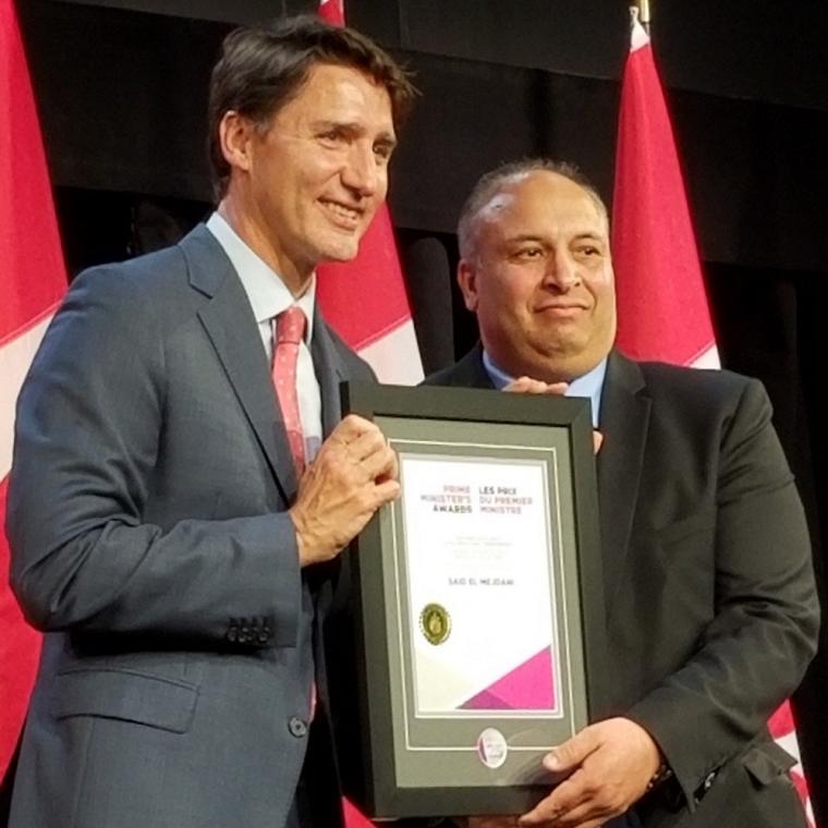 Said El Mejdani reçoit son prix des mains du Premier ministre Justin Trudeau
