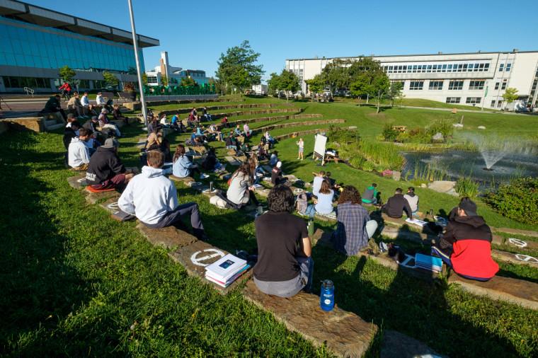 Des étudiantes et étudiants ont pu assister à une première classe extérieure au Campus principal en tenant compte de la distanciation physique.