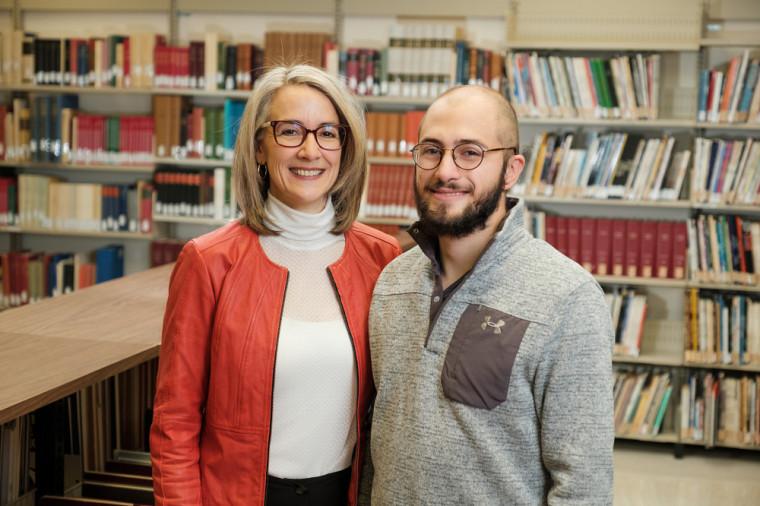 Mme Sandra Martel, présidente de la campagne Parents Bibliothèques 2020-2021 et son fils, David Lepage, étudiant à la FLSH