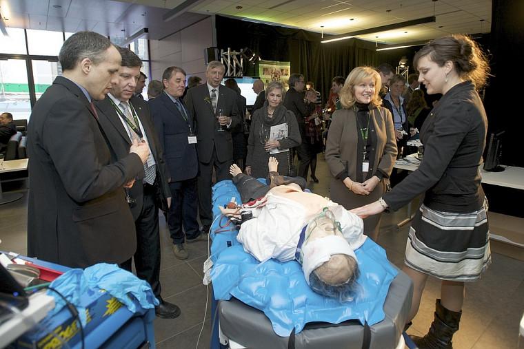 La Faculté de médecine et des sciences de la santé a démystifié son Centre de simulation clinique. Sur la photo: les doyens Pierre Cossette (médecine et sciences de la santé) et Gérard Lachiver (génie), quelques participants et la présidente du CA de l'UdeS, Lynda Durand.