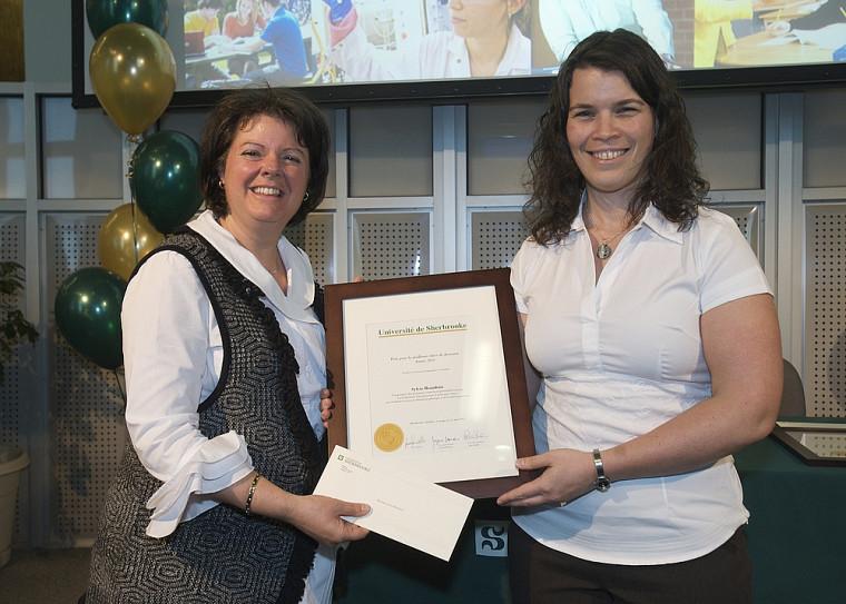 Lauréate dans le secteur Lettres et sciences humaines et sociales, Sylvie Beaudoin reçoit son prix des mains de la vice-rectrice aux études Lucie Laflamme.