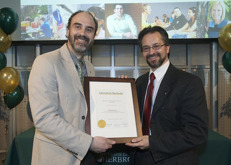 En l'absence du lauréat Vincent Careau, le vice-doyen à la recherche de la Faculté des sciences, Claude Spino (à droite), reçoit le prix pour le secteur Sciences et génie des mains du vice-recteur à la recherche, Jacques Beauvais.