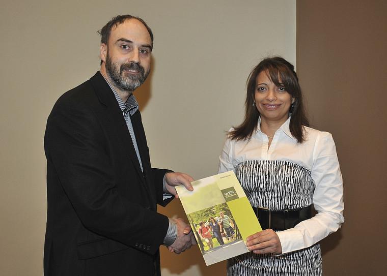 Ghada Ghazal, à droite, recevant son prix des mains du vice-recteur à la recherche, Jacques Beauvais.
