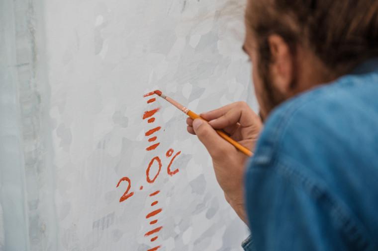 La graduation qu'a peinte Dominick fait référence aux degrés Celsius gagnés à cause du réchauffement climatique.