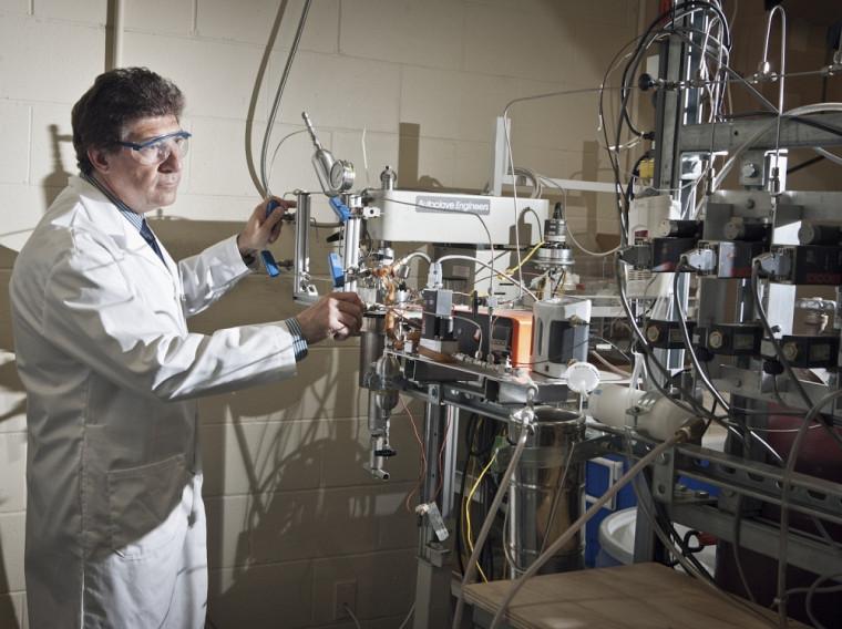 Le professeur Nicolas Abatzoglou dans son laboratoire