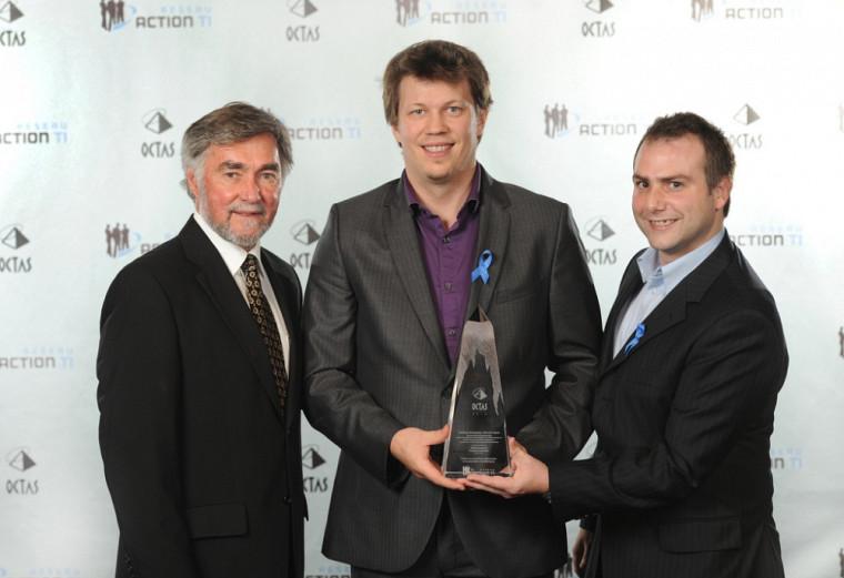 Vincent Tanguay, vice-président du CEFRIO, a remis le trophée aux lauréats Vincent Nault et Mathieu Beaudoin.