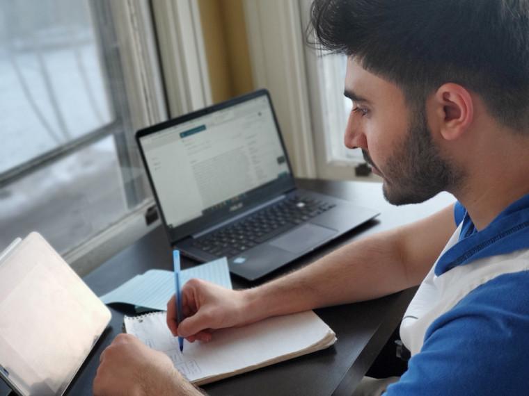 Pour Yasser, il était important d'apprendre les deux langues officielles du Canada.