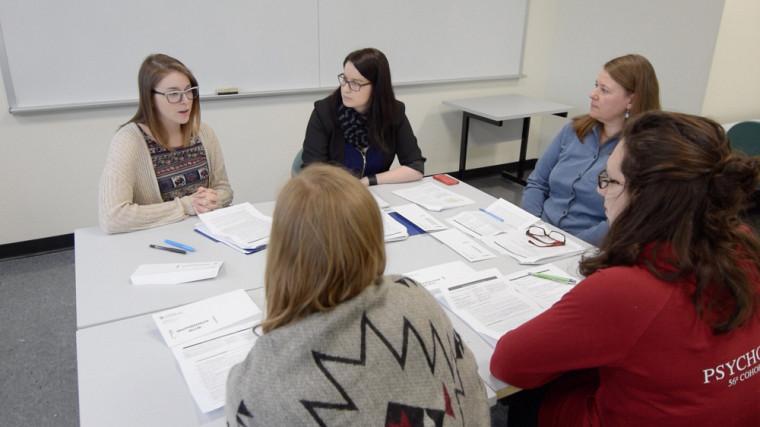 À partir d'une situation fictive et réaliste, les étudiants de trois facultés réalisaient ensemble toutes les étapes d'une démarche de plan de services.