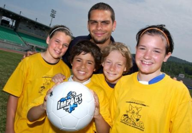 Jason DiTullio de l\'Impact avec les jeunes de l\'Académie de soccer Vert & Or