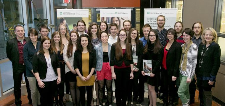 Les étudiantes et étudiants récipiendaires d'une bourse, d'un prix ou d'une mention d'excellence accompagnés de Denyse Rémillard, directrice du CUFE et de Jean-François Comeau, directeur adjoint du CUFE.